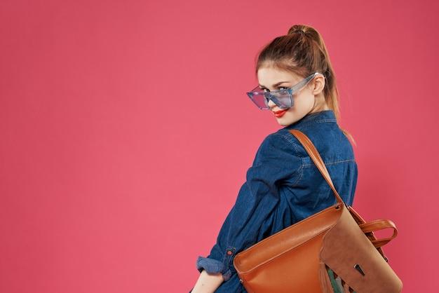 안경을 쓰고 감정적 인 여자 유행의 옷 배낭 재미 학생 라이프 스타일