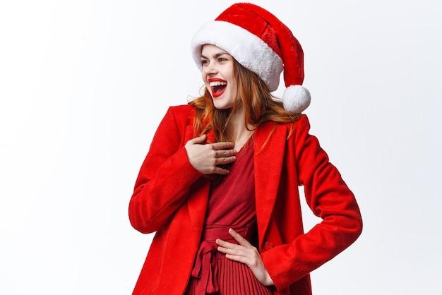 サンタの帽子をかぶっている感情的な女性楽しいファッションデコレーションクリスマス