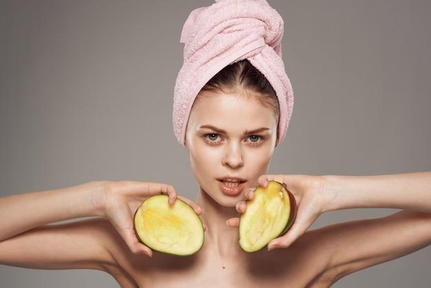 素肩のスパトリートメントで肌と健康マンゴーをきれいにする感情的な女性