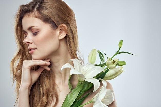 꽃 봄 모델 알몸 어깨 맑은 피부와 감정적 인 여자.