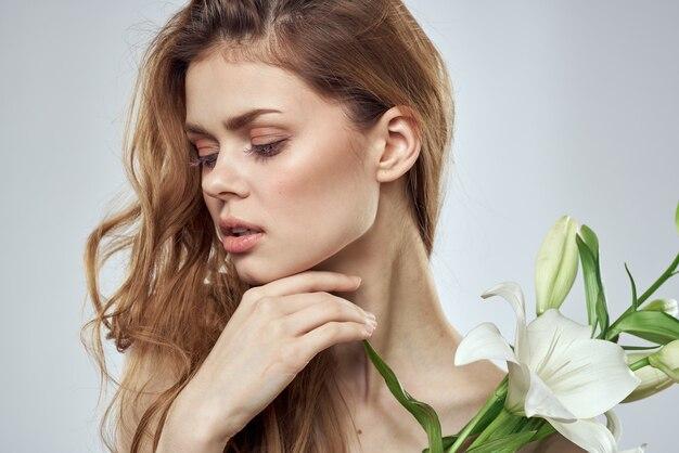 꽃 봄 모델 벗은 어깨와 감정적 인 여자 맑은 피부