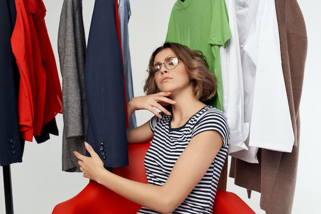 옷장 고립 된 배경 근처에서 안경을 쓴 감정적 인 여성