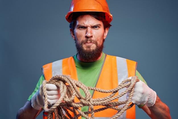 感情的な労働者の建設制服のプロのクローズアップ