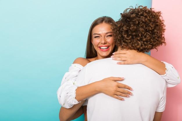 감정적인 젊은 행복 한 사랑 커플 포옹 고립 된 포즈.
