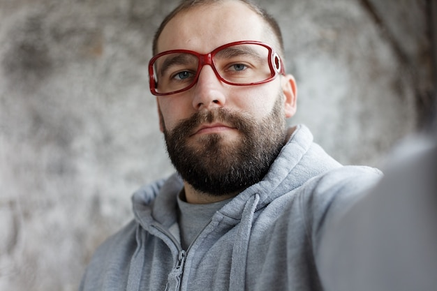 감정, 건강, 사람, 치과 의사 및 생활 방식 개념 - 모델은 스튜디오에서 웃고 있는 빨간색 괴상한 안경을 쓰고 다양한 클립 시퀀스를 하고 있는 남자를 석방했습니다.
