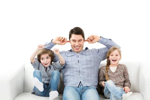 Эмоции болельщиков. семья эмоционально смотрит игру в комнате. изолированный.