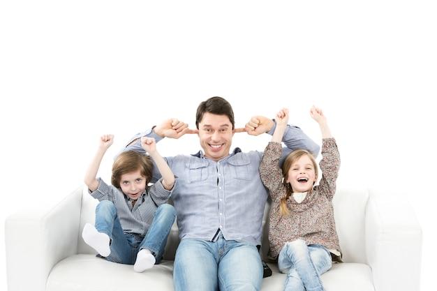 Эмоции болельщиков. семья эмоционально смотрит игру в комнате