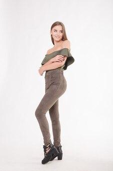 감정, 사람, 아름다움, 패션 및 라이프스타일 개념 - 젊고 멋진 여성의 패션 사진. 포즈를 취하는 소녀. 스튜디오 사진