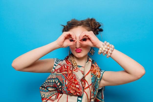 感情、人、美しさ、ファッション、ライフスタイルの概念-青い背景の上に、幸せな感情を持つ若い女性の肖像画