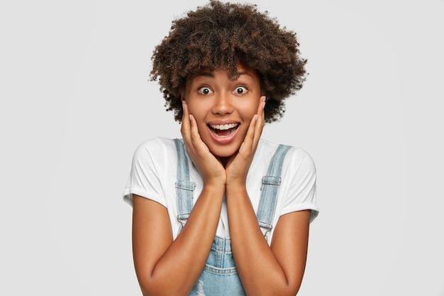 Emozioni e concetto di reazione. signora emotiva felice con pelle sana e scura