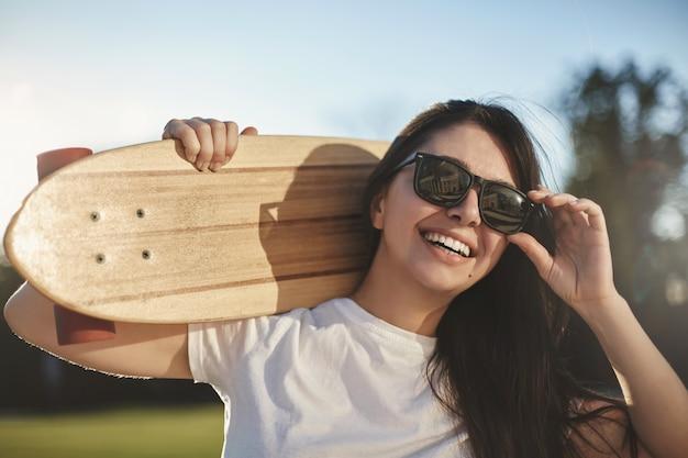 Эмоции, молодежь и концепция скейтбординга города. чирфу крупным планом