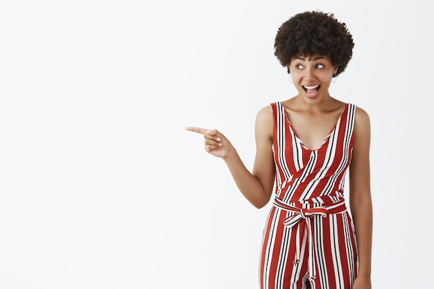 感情的で面白くてスリル満点の魅力的なアフリカ系アメリカ人女性。