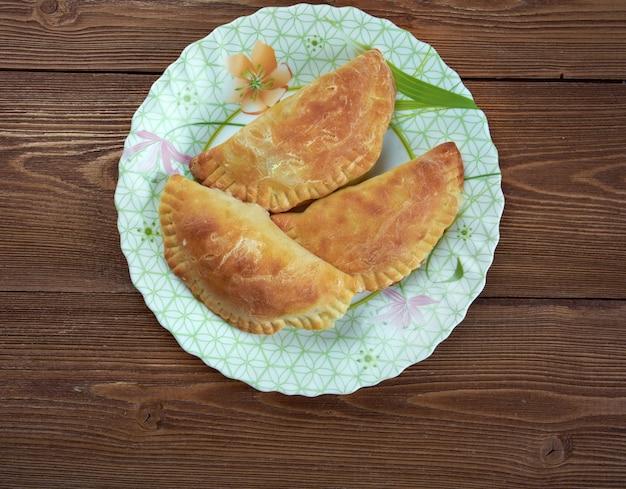 엠파나다(empanada) - 아르헨티나 튀긴 고기 파테. 라틴 유럽, 라틴 아메리카, 미국 남서부 및 동남아시아 일부 국가에서 굽거나 튀긴 속을 채운 빵 또는 페이스트리