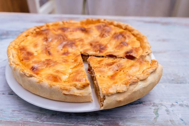 Эмпанада гальега, традиционное растение галисийской кухни, в испании, тарт с тунцом и овощами. традиционная кухня.