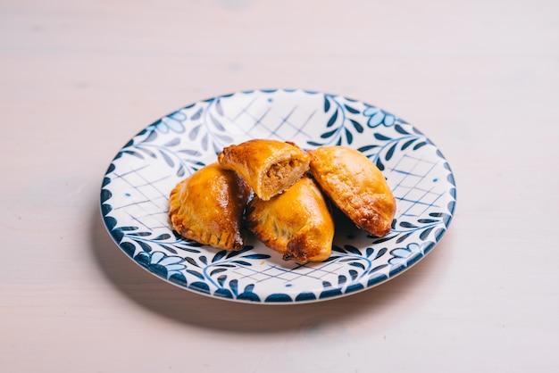 Эмпанада, мясной пирог на белой поверхности