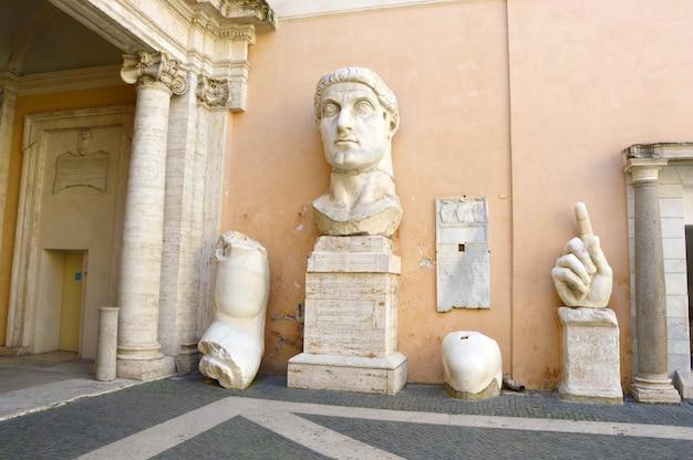 Император константин части гигантской статуи в капитолийских музеях, рим, италия