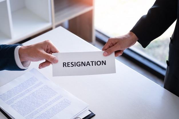 Бизнесмен работника представляет или посылает письмо документа отставки к менеджеру человеческих ресурсов или боссу, смене работы, безработице, концепции отставки.