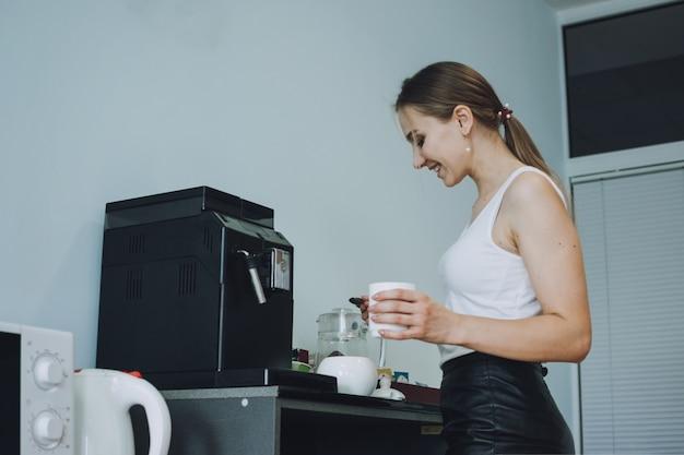コーヒーを飲む若いビジネスウーマンの職場でのエンゲージメントと定着を気遣う従業員ケア