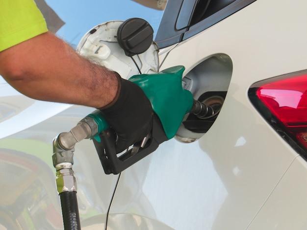 従業員が車両にエタノールまたはガソリン燃料を充填します。