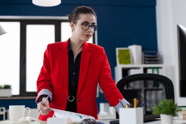비즈니스 회사 사무실 직장에서 컴퓨터 화면을 보고 메모하는 직원