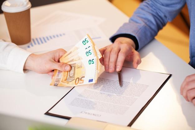 従業員は有利な契約締結のために賄賂を与えられます