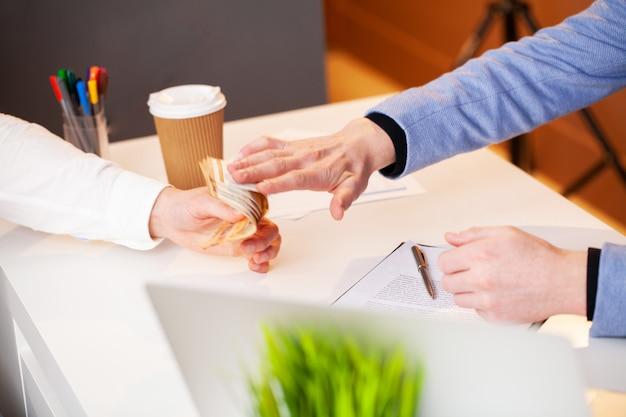 従業員には、契約に有利に署名するための賄briが与えられます