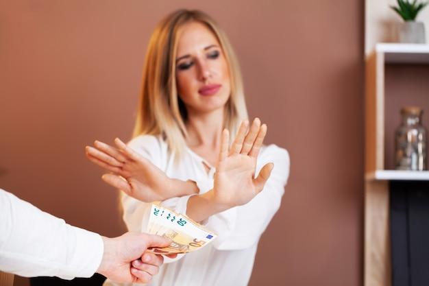 Сотруднику дают взятку за выгодное подписание договора