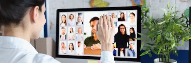 Сотрудник разговаривает по видеосвязи с коллегами