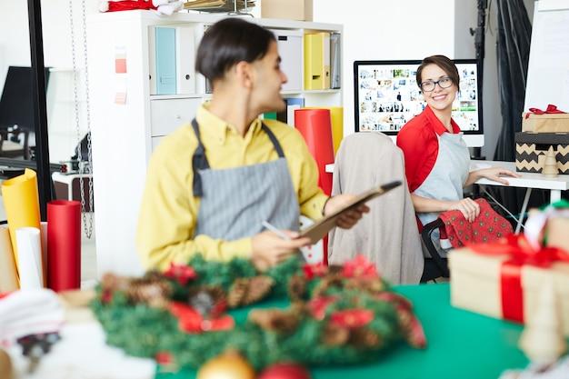 크리스마스 화환을 만드는 직원