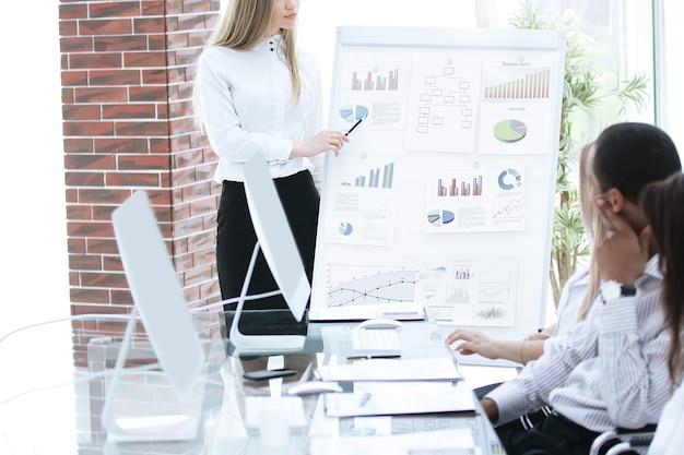 Сотрудник компании, составляющий финансовый отчет. бизнес-концепция