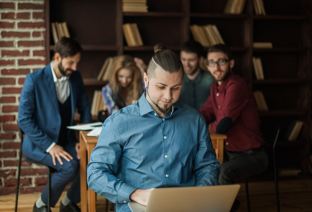 사무실에서 비즈니스 팀 작업의 배경에 노트북과 회사의 직원
