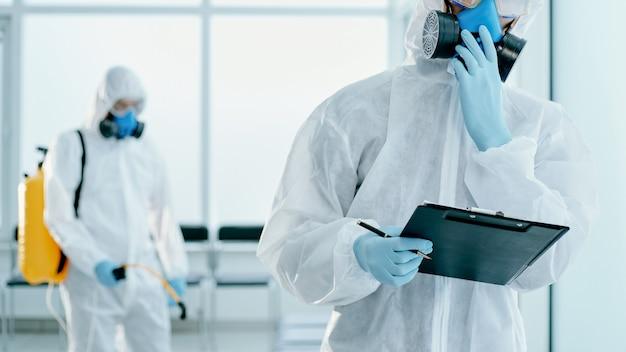 行われた作業をメモする衛生サービスの従業員。ヘルスケアの概念。