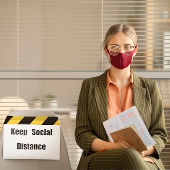 休憩中のフェイスマスクを着用した従業員