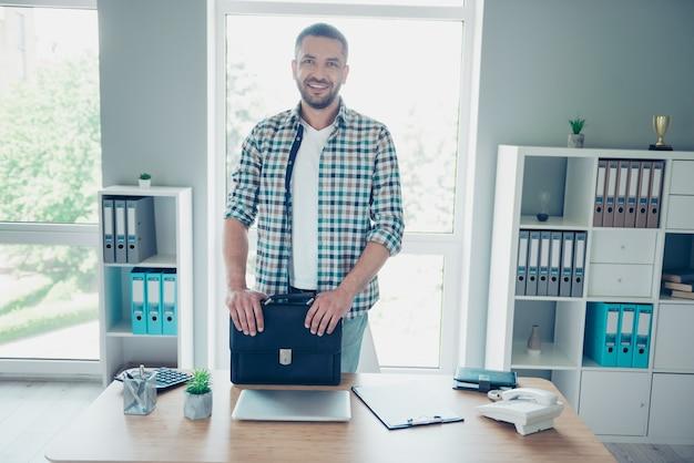 Сотрудник с синей клетчатой рубашкой, работающий в офисе