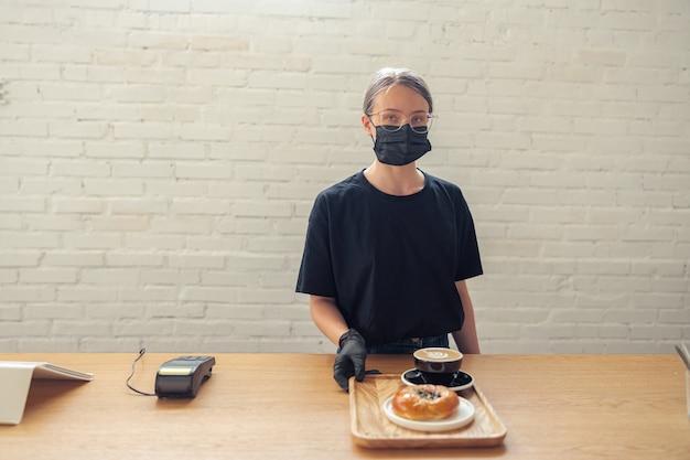 검역 조치에 보호 마스크를 쓴 직원