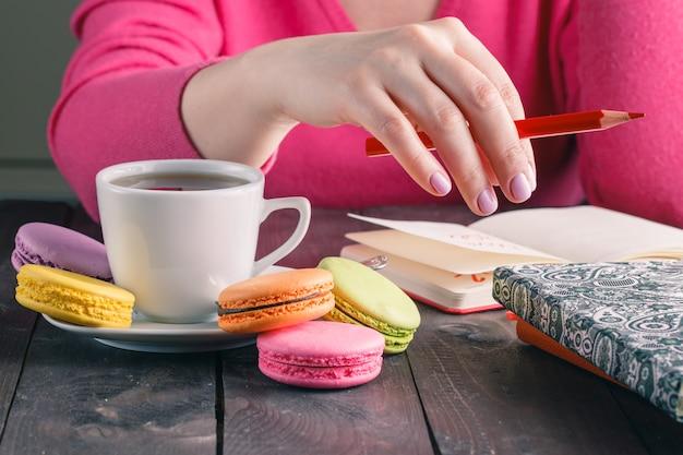 Сотрудница пьет утренний чай с кофе