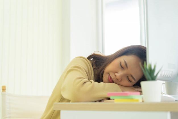Женщина работника спит днем для работы из дома и карантинного времени концепции