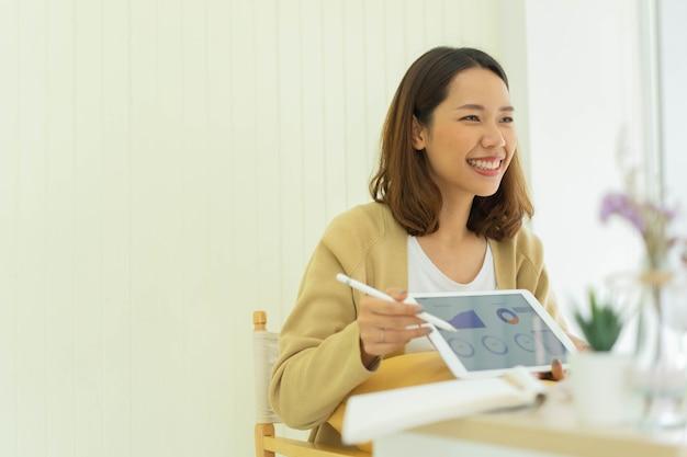 研究を示し説明するためのマーケティングチームとの従業員女性ビデオ会議