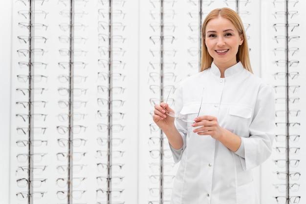 店の眼鏡で働く従業員