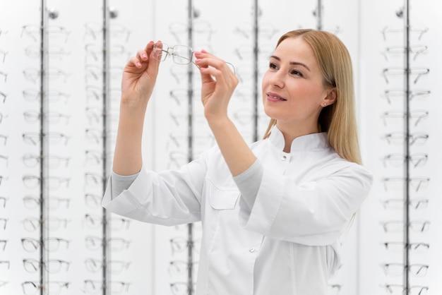 Сотрудник, работающий в магазине очков