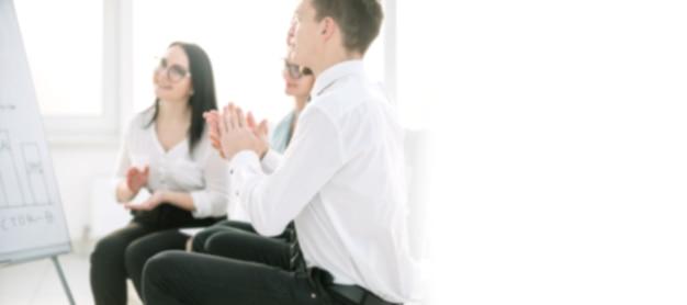 Сотрудники аплодируют во время деловой встречи в офисе. размытое изображение для рекламного текста. фото с копией пространства