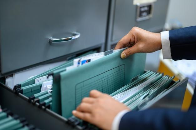 Сотрудники ведут документы в офисе.