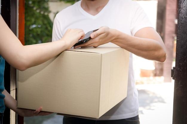 직원이 집에서 고객에게 제품을 배달합니다.