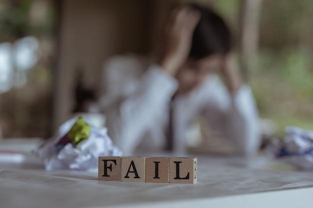 Сотрудники испытывают стресс, потерпели неудачу и разочарованы. отказ текст слова, написанный в деревянных кубических блоках.