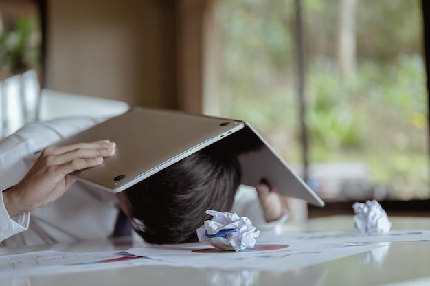 Сотрудники испытывают стресс, неудачи и разочарование.