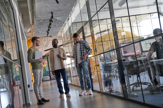 Сотрудники, имеющие перерыв на рабочем месте в современном офисе