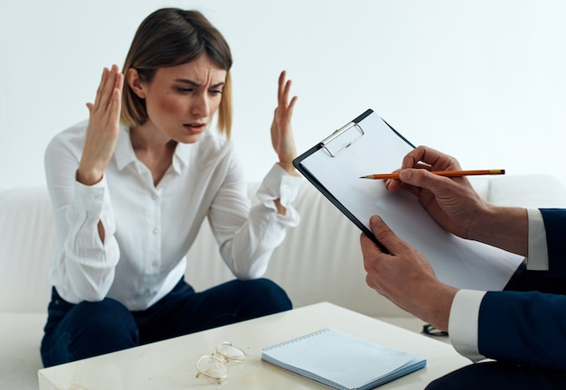 심리학자 문서를 의사 소통하는 테이블의 직원 남녀