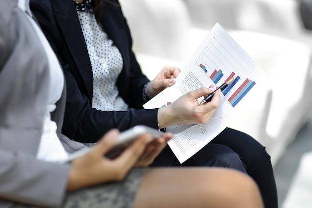 Сотрудники компании обсуждают финансовый график. фото с копией пространства.