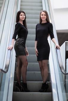会社の従業員は、近代的なオフィスのロビーの階段でクライアントに会います。