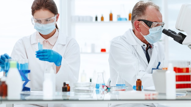 Сотрудники медицинской лаборатории проводят анализ крови